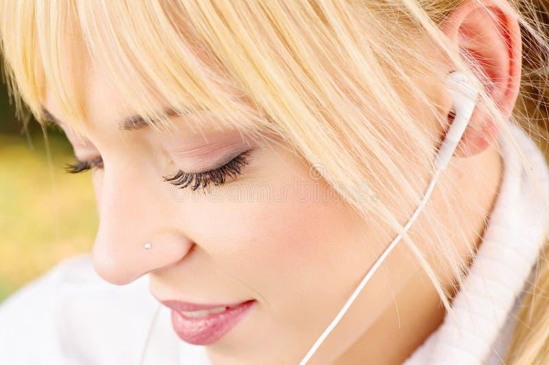 Κλείστε επάνω μιας γυναίκας με τα ακουστικά στοκ φωτογραφία με δικαίωμα ελεύθερης χρήσης