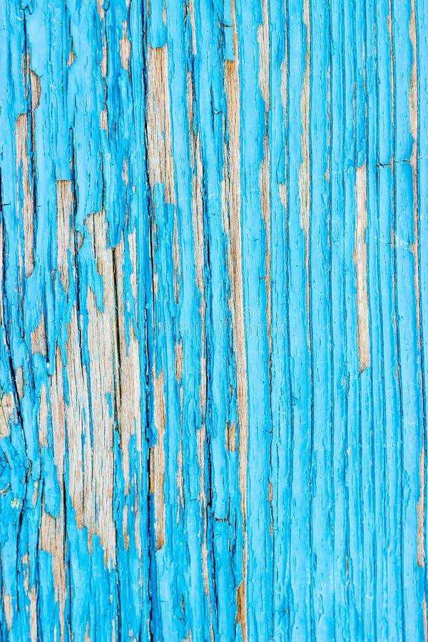 Κλείστε επάνω μιας παλαιάς ξύλινης πόρτας, μπλε αποφλοίωση χρωμάτων κιρκιριών μακριά  κείμενο στοκ εικόνες
