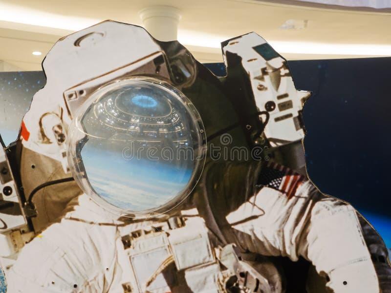 Κλείστε επάνω μια χλεύη επάνω του αστροναύτη στη διαστημική έκθεση στοκ εικόνες