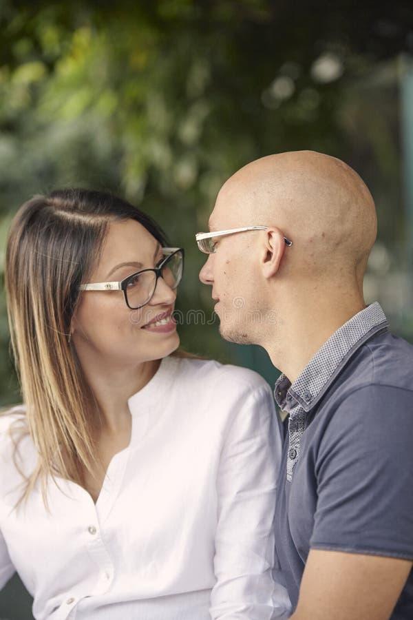 Κλείστε επάνω, νέα κεφάλια ζευγών κοντά κοντά, περίπου στο φιλί στοκ φωτογραφία με δικαίωμα ελεύθερης χρήσης