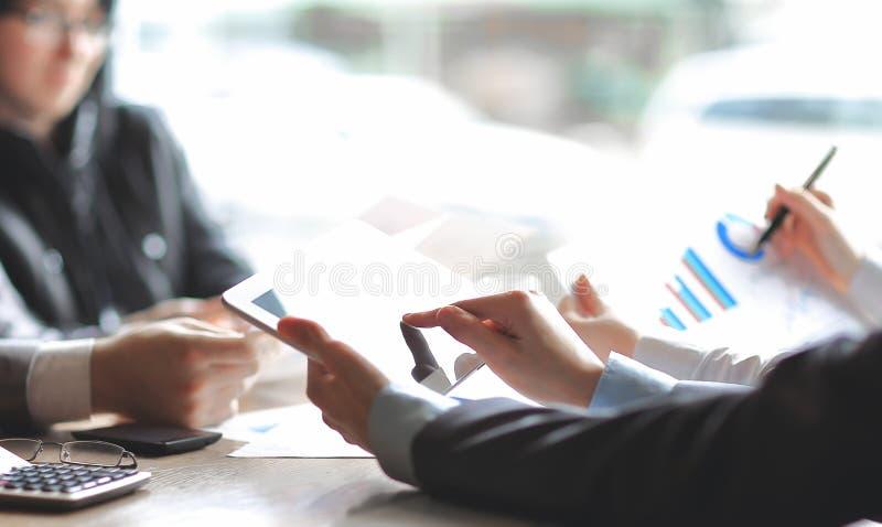κλείστε επάνω οι εργασίες επιχειρησιακών ομάδων με το οικονομικό έγγραφο στοκ εικόνες