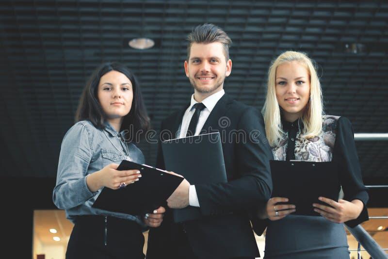 κλείστε επάνω ομάδα επιχειρηματιών που μιλούν στο μπαλκόνι του γραφείου στοκ φωτογραφία με δικαίωμα ελεύθερης χρήσης