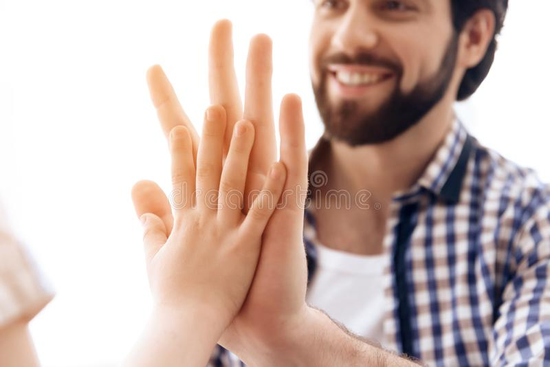 κλείστε επάνω Ο χαρούμενοι πατέρας και ο γιος δίνουν πέντε ο ένας στον άλλο στοκ φωτογραφία
