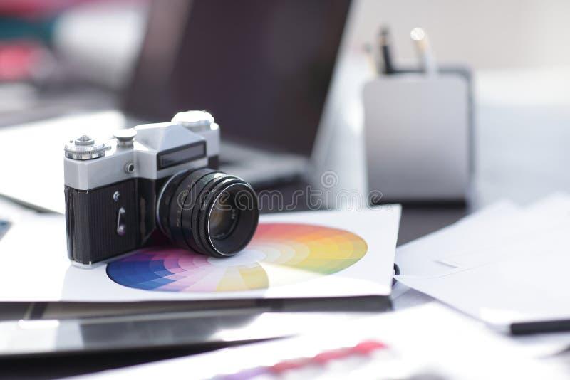 κλείστε επάνω Παλαιά αναδρομική κάμερα 35mm κινηματογράφων στον πίνακα από το σύγχρονο στοκ φωτογραφία