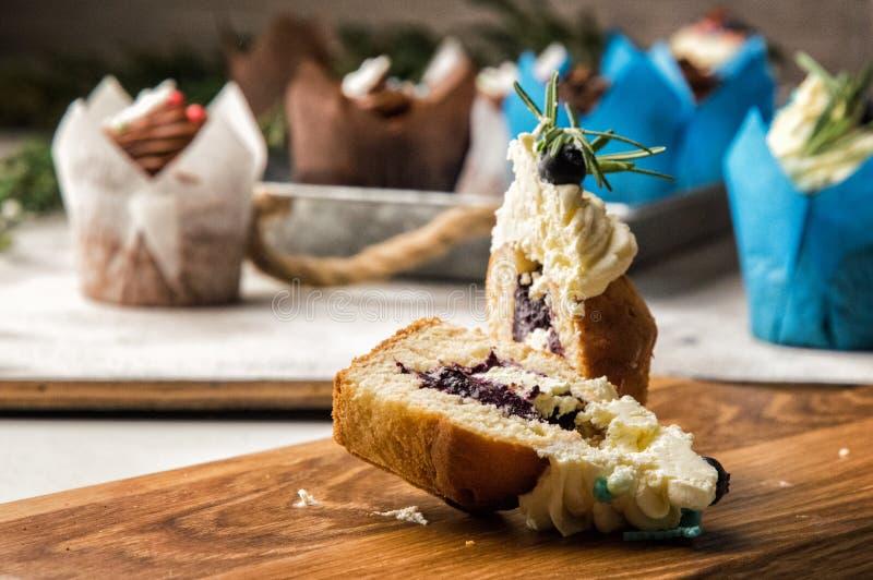 κλείστε επάνω Πρόσφατα ψημένο βακκίνιο-lavender fruitcake στην περικοπή Κορυφή που διακοσμείται με ένα καπέλο κρέμας με τα μούρα  στοκ φωτογραφία με δικαίωμα ελεύθερης χρήσης