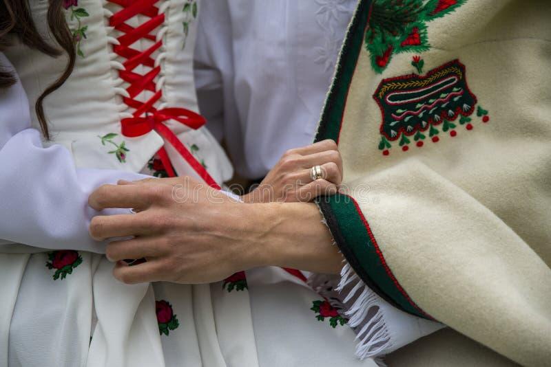 Κλείστε επάνω στις παραδόσεις highlander του ιματισμού, του αρσενικού και του θηλυκού, αγάπη στοκ εικόνες