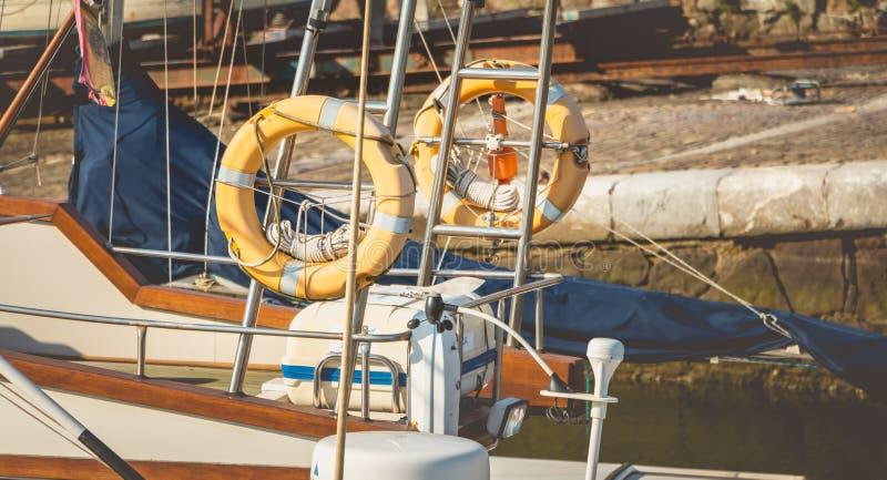 Κλείστε επάνω στους ήλιος-sun-bleached σημαντήρες διάσωσης στοκ φωτογραφία