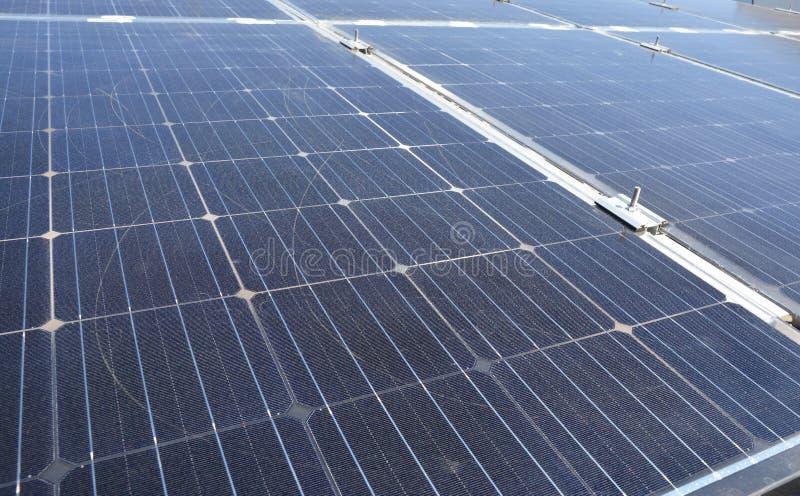 Κλείστε επάνω στο σύγχρονο κατασκευασμένο υπόβαθρο επιφάνειας ηλιακών πλαισίων στοκ εικόνες
