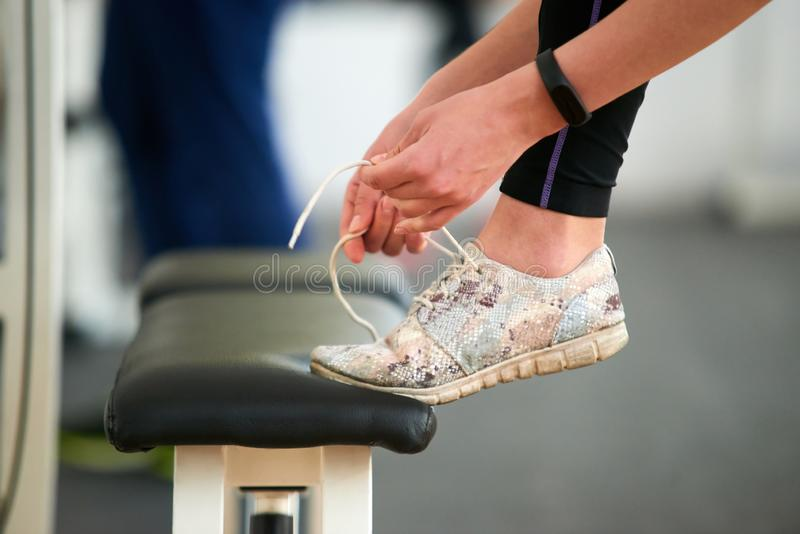 Κλείστε επάνω τα δένοντας αθλητικά παπούτσια γυναικών στοκ εικόνα με δικαίωμα ελεύθερης χρήσης