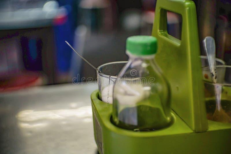 Κλείστε επάνω τα καρυκεύματα που τίθενται στο τοπικό εστιατόριο τροφίμων της Ταϊλάνδης Καρυκεύματα καθορισμένα, ζάχαρη, στοκ εικόνες