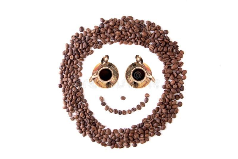 κλείστε επάνω τα καφετιά σιτάρια smiley φασολιών καφέ, που απομονώνονται  στοκ εικόνα