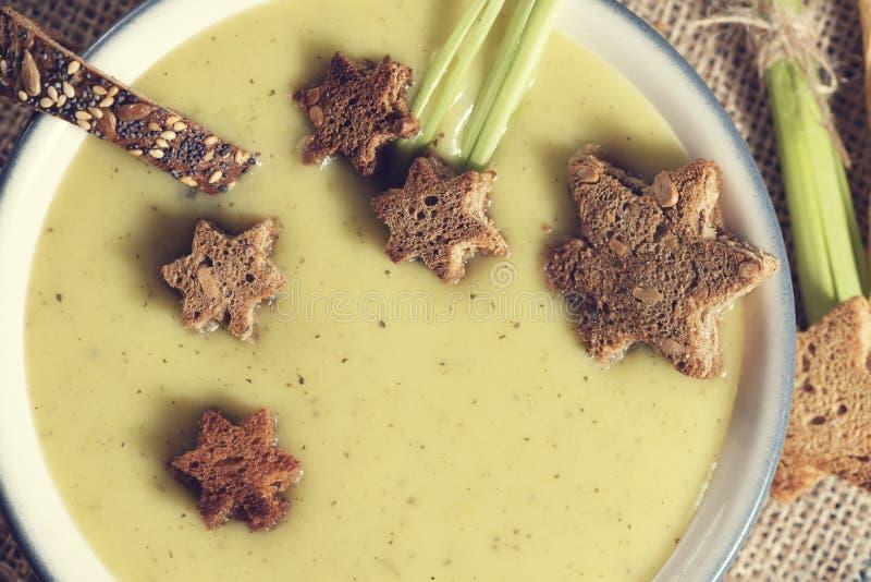 Κλείστε επάνω τα μαγειρικά αστέρια Hygge κρέμας σούπας πατατών πράσων που κρεμώδη Croutons διακοσμούν την κουζίνα φυτικό χορτοφάγ στοκ εικόνα με δικαίωμα ελεύθερης χρήσης