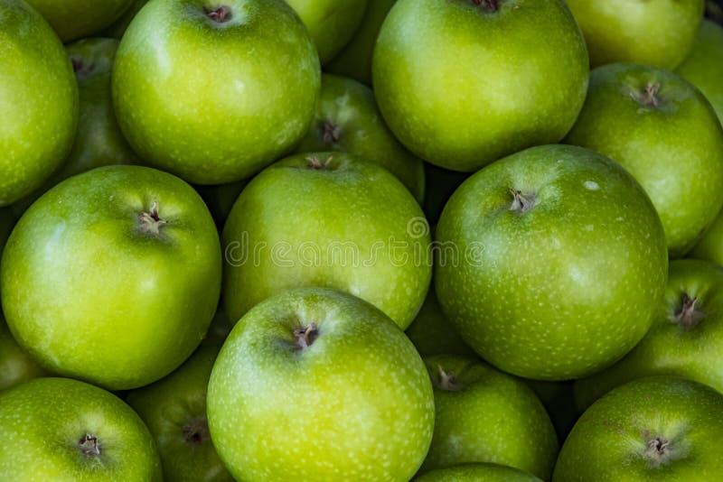 Κλείστε επάνω τα πράσινα μήλα στη στάση αγοράς στοκ φωτογραφίες