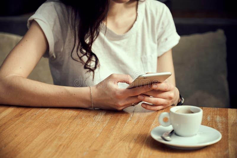 Κλείστε επάνω τα χέρια γυναικών ` s κρατώντας το smartphone στοκ φωτογραφία με δικαίωμα ελεύθερης χρήσης