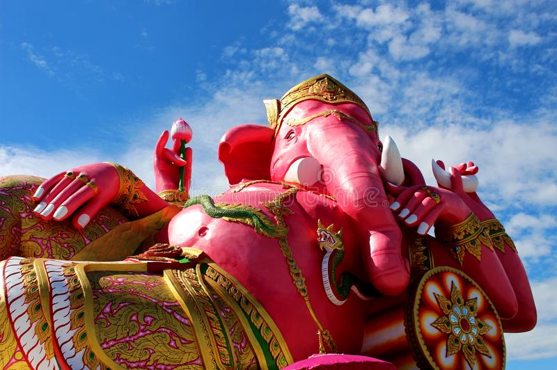 Κλείστε επάνω τα όμορφα μεγάλα ρόδινα χρώματα του ινδού Θεού Λόρδος Ganesha με το άσπρο υπόβαθρο σύννεφων και μπλε ουρανού στοκ φωτογραφίες με δικαίωμα ελεύθερης χρήσης