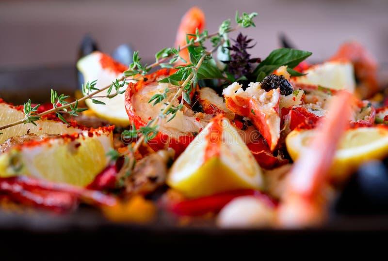 Κλείστε επάνω τα ώριμα συστατικά εικόνας της έτοιμης εξυπηρετούμενης ισπανικής παραδοσιακής κουζίνας paella από τη χώρα στοκ εικόνες