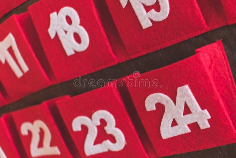 Κλείστε επάνω την άποψη ενός κόκκινου και καφετιού υφαντικού ημερολογίου εμφάνισης με τις ημερομηνίες στοκ εικόνες με δικαίωμα ελεύθερης χρήσης