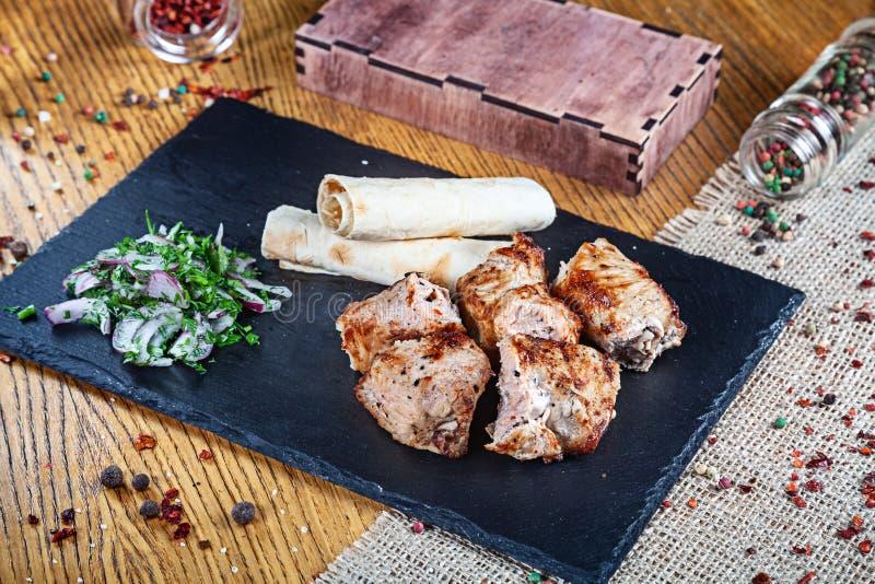 Κλείστε επάνω την άποψη σχετικά με εξυπηρετημένος μαγειρεμμένος στη σχάρα Τουρκία shashlik ή κρέας σχαρών με το pita Shish kebab, στοκ εικόνες με δικαίωμα ελεύθερης χρήσης