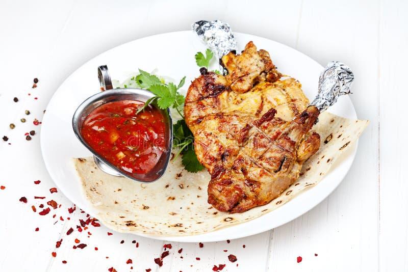 Κλείστε επάνω την άποψη σχετικά με εξυπηρετημένος μαγειρεμμένος στο κοτόπουλο σχαρών shashlik ή κρέας σχαρών στο pita Shish kebab στοκ φωτογραφίες με δικαίωμα ελεύθερης χρήσης
