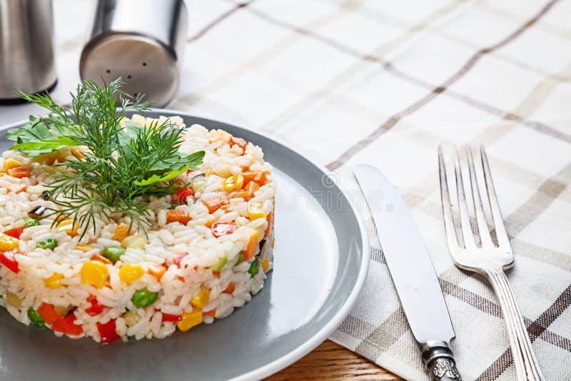 Κλείστε επάνω την άποψη σχετικά με το πιάτο του ρυζιού με τα λαχανικά Κινεζικό φυτικό τηγανισμένο ρύζι σπιτικά vegan ή χορτοφάγα  στοκ εικόνες