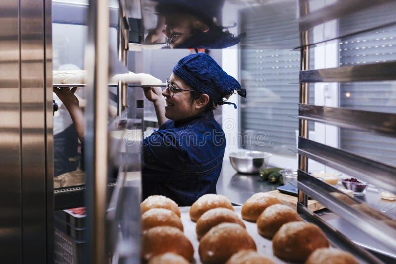 Κλείστε επάνω την άποψη του ραφιού εκμετάλλευσης εκμετάλλευσης γυναικών των ρόλων σε ένα αρτοποιείο στοκ φωτογραφία