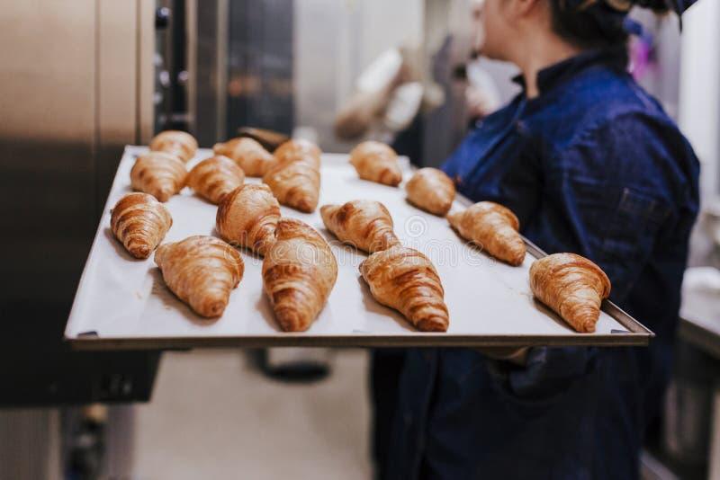 Κλείστε επάνω την άποψη του ραφιού εκμετάλλευσης εκμετάλλευσης γυναικών των croissants σε ένα αρτοποιείο στοκ φωτογραφία
