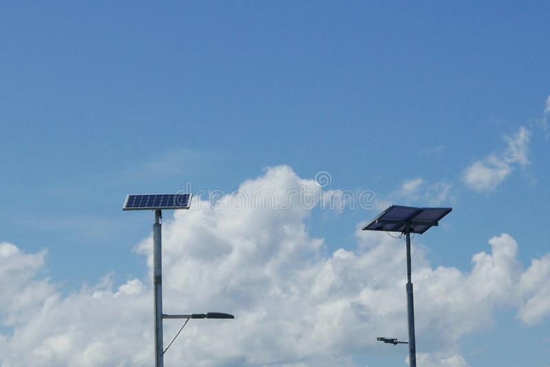 Κλείστε επάνω την άποψη του φωτεινού σηματοδότη των οδηγήσεων με το ηλιακό κύτταρο στο σαφές υπόβαθρο μπλε ουρανού με τα σύννεφα στοκ φωτογραφίες με δικαίωμα ελεύθερης χρήσης