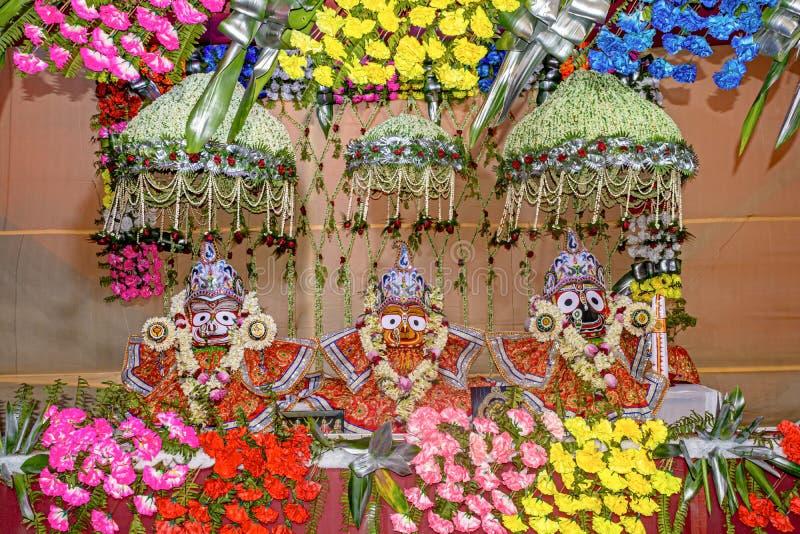 Κλείστε επάνω την άποψη των ειδώλων του ινδού Θεού Jagannath, Balaram και θεά Subhadra που διακοσμείται υπέροχα κατά τη διάρκεια  στοκ φωτογραφίες