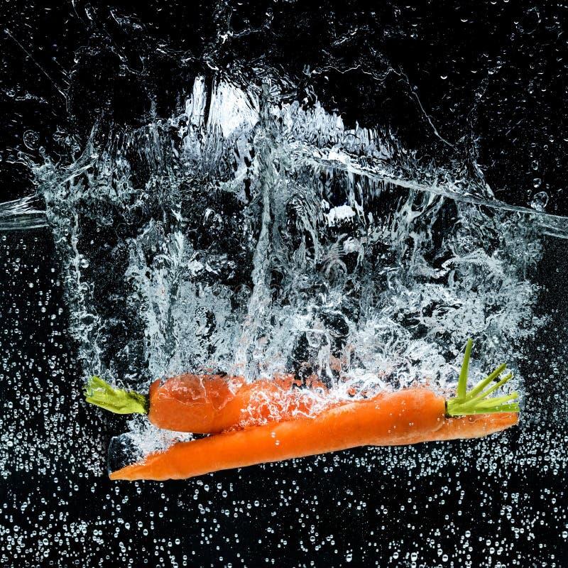 κλείστε επάνω την άποψη των καρότων στο νερό στοκ εικόνες
