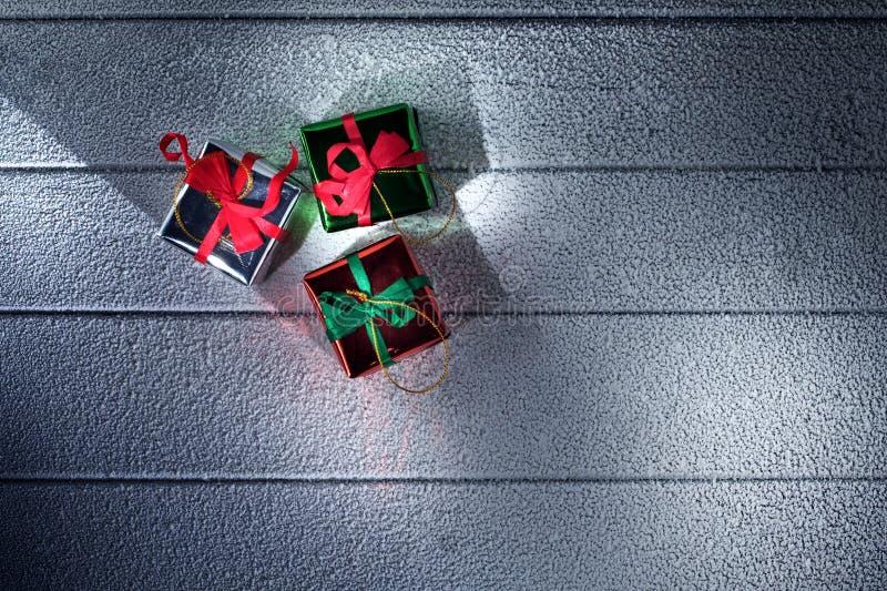 Κλείστε επάνω την άποψη των κιβωτίων δώρων σε αποκλεισμένο από τα χιόνια στοκ εικόνες