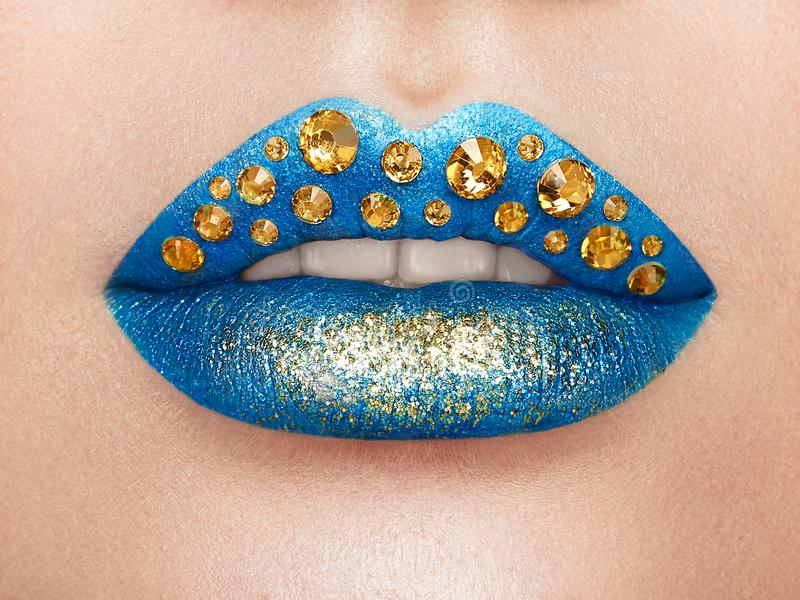 Κλείστε επάνω την άποψη των όμορφων χειλιών γυναικών με το μπλε κραγιόν στοκ εικόνες με δικαίωμα ελεύθερης χρήσης