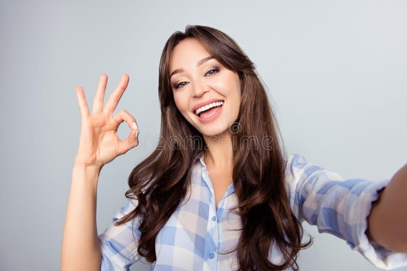 Κλείστε επάνω την εικόνα όμορφου, ελκυστικός, συμπαθητικός, η χαριτωμένη γυναίκα με είναι στοκ εικόνες με δικαίωμα ελεύθερης χρήσης