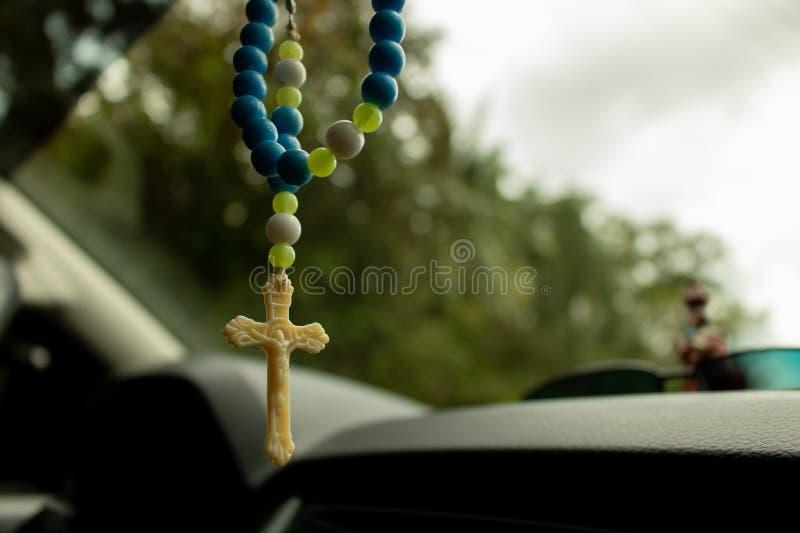 Κλείστε επάνω την εικόνα Rosary των χαντρών που κρεμούν μέσα σε ένα αυτοκίνητο στοκ εικόνες με δικαίωμα ελεύθερης χρήσης