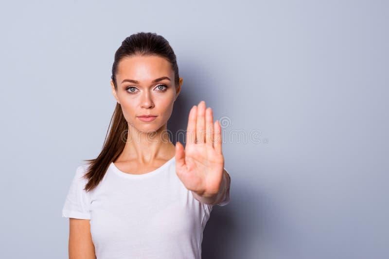 Κλείστε επάνω την κατάπληξη φωτογραφιών όμορφη αυτή το χέρι ένα γυναικείων βραχιόνων της παλάμη που αυξάνεται επάνω να μην επιτρέ στοκ εικόνες με δικαίωμα ελεύθερης χρήσης