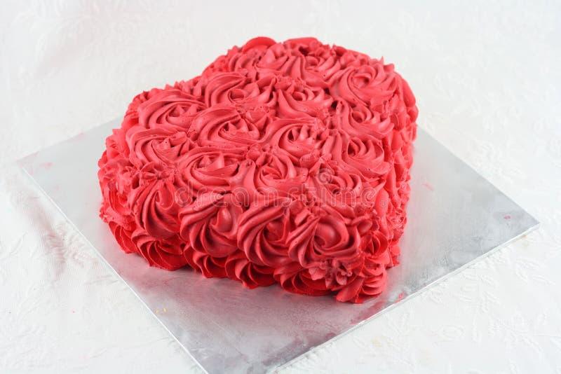 Κλείστε επάνω την κρέμα στροβίλου στο κέικ στοκ εικόνα