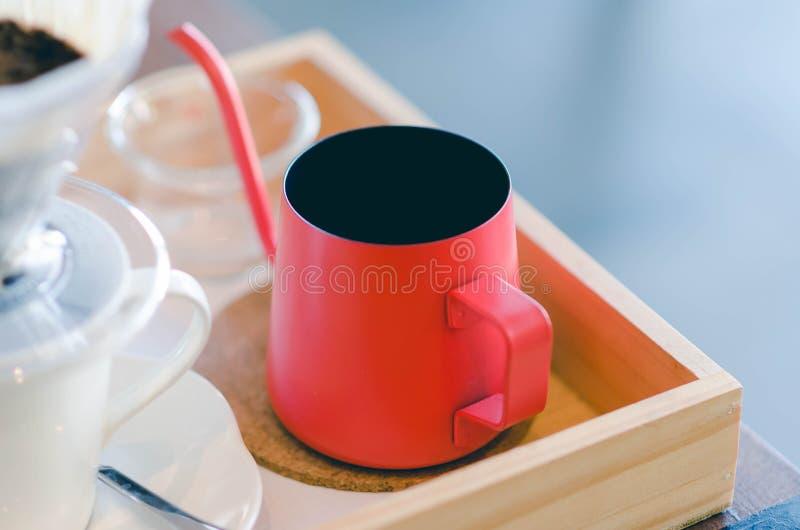 Κλείστε επάνω την κόκκινη κατσαρόλα με το στάλαγμα καφέ εσωτερικό στούντιο φωτογραφίας ζωής ακόμα στοκ φωτογραφίες με δικαίωμα ελεύθερης χρήσης