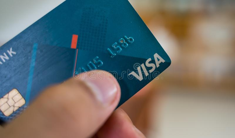 Κλείστε επάνω την μπλε κάρτα θεωρήσεων με το μουτζουρωμένο υπόβαθρο στοκ εικόνα με δικαίωμα ελεύθερης χρήσης