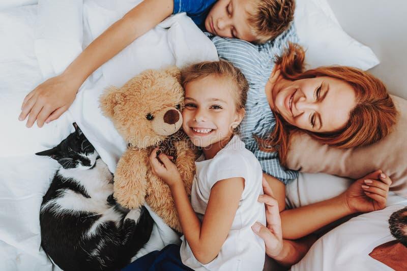 Κλείστε επάνω την οικογένεια που απολαμβάνει μαζί μετά από να ξυπνήσει στοκ φωτογραφία με δικαίωμα ελεύθερης χρήσης
