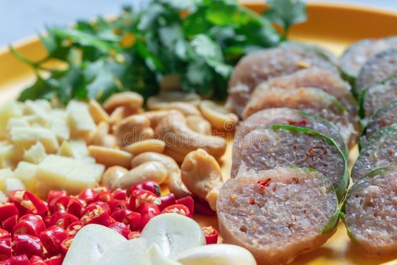 Κλείστε επάνω την ταϊλανδική κουζίνα: Ταϊλανδικό ξινό χοιρινό κρέας με το κόκκινα τσίλι, την πιπερόριζα, το σκόρδο, το κορίανδρο  στοκ εικόνα με δικαίωμα ελεύθερης χρήσης
