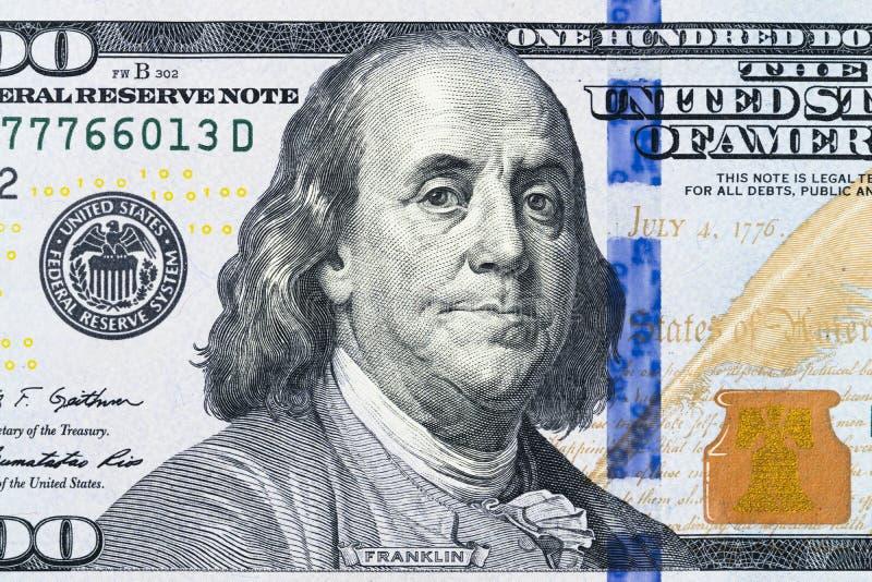 Κλείστε επάνω την υπερυψωμένη άποψη του προσώπου του Benjamin Franklin στο λογαριασμό 100 αμερικανικών δολαρίων ΗΠΑ κινηματογράφη στοκ εικόνες