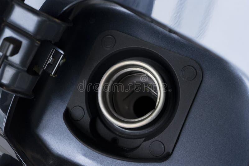 Κλείστε επάνω της ανοικτής πόρτας της δεξαμενής αερίου αυτοκινήτων στοκ εικόνα με δικαίωμα ελεύθερης χρήσης
