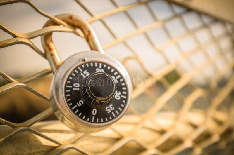 Κλείστε επάνω της ασφαλούς κλειδαριάς, έννοια ασφάλειας ασφάλειας, με το κίτρινο φίλτρο στοκ φωτογραφία με δικαίωμα ελεύθερης χρήσης