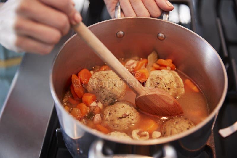 Κλείστε επάνω της γυναίκας που μαγειρεύει την εβραϊκή σούπα σφαιρών matzon στοκ φωτογραφία με δικαίωμα ελεύθερης χρήσης