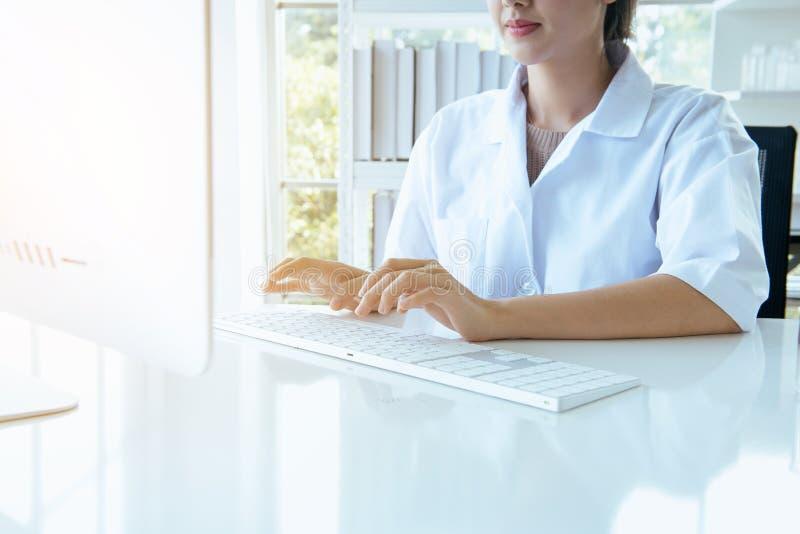 Κλείστε επάνω της γυναίκας χεριών χρησιμοποιώντας το πληκτρολόγιο υπολογιστών στο γραφείο στο δωμάτιο γραφείων, δάχτυλο που δακτυ στοκ φωτογραφίες με δικαίωμα ελεύθερης χρήσης