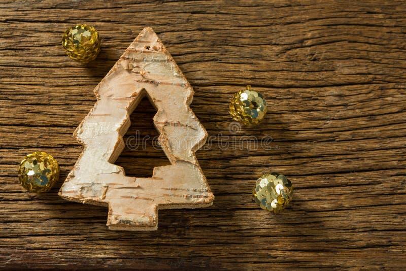 Κλείστε επάνω της διακόσμησης χριστουγεννιάτικων δέντρων με τις χρυσές σφαίρες στοκ εικόνες