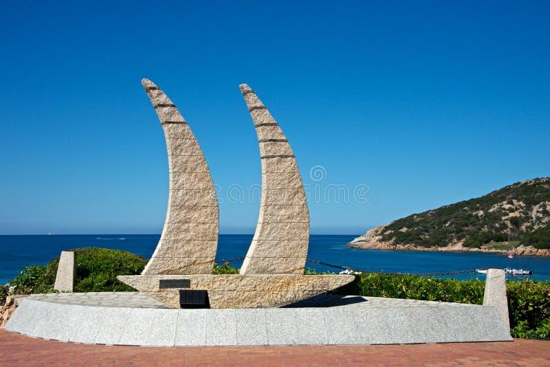 Κλείστε επάνω της εγκατάστασης πετρών γρανίτη αντιπροσωπεύει μια πλέοντας βάρκα στοκ εικόνες
