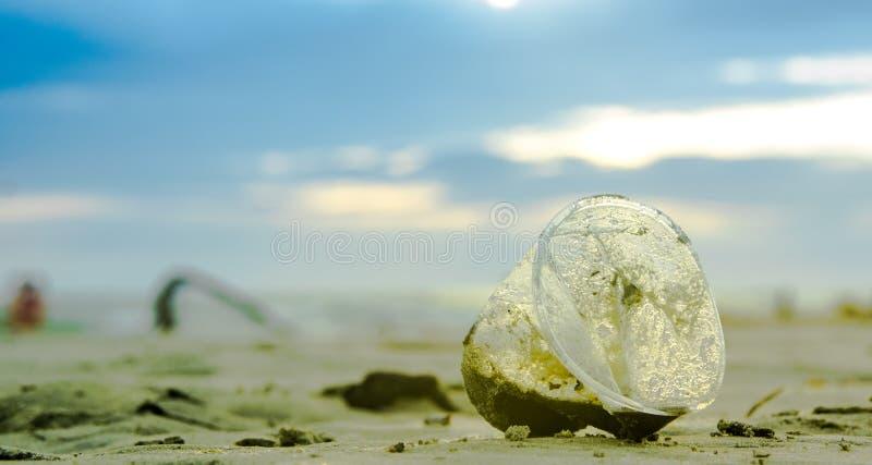 Κλείστε επάνω της εκλεκτικής εστίασης του πλαστικού γυαλιού που εγκαταλείπεται στην παραλία στοκ φωτογραφία με δικαίωμα ελεύθερης χρήσης