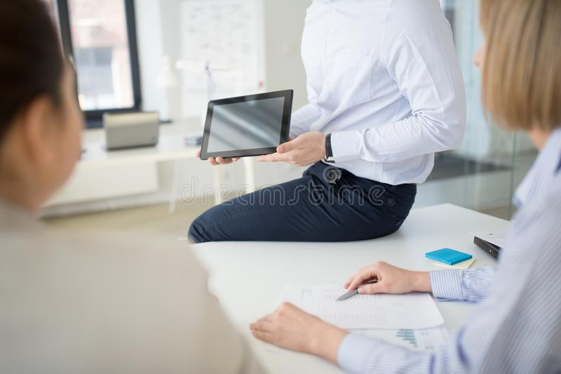 Κλείστε επάνω της επιχειρησιακής ομάδας με το PC ταμπλετών στο γραφείο στοκ εικόνες με δικαίωμα ελεύθερης χρήσης