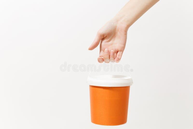 Κλείστε επάνω της θηλυκής κατακορύφου χεριών κρατά τον κενό κάδο χρωμάτων με το διάστημα αντιγράφων που απομονώνεται στο άσπρο υπ στοκ εικόνες