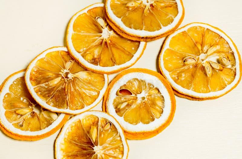 Κλείστε επάνω της κίτρινης ξηράς φέτας λεμονιών που απομονώνεται με το άσπρο υπόβαθρο στοκ φωτογραφίες